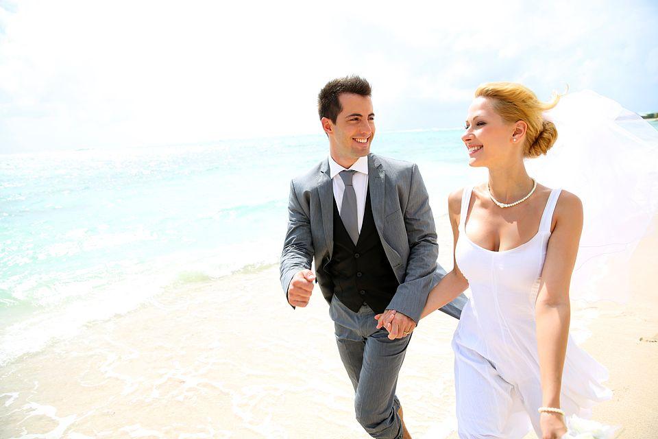 glückliches Hochzeitspaar - www.berliner-heiraten.de Bild: © goodluz - Fotolia.com