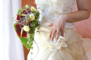Braut mit Blumen Bild: © tiname06/Fotolia.com