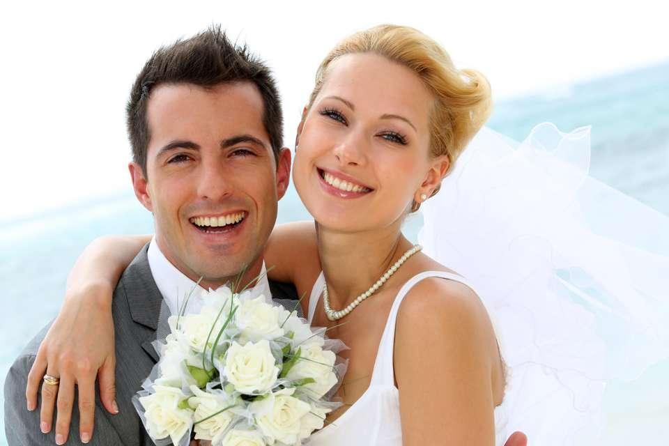 Frisch verheiratete Ehepaare haben nach der Trauung einiges zu erledigen Foto: © goodluz - Fotolia.com