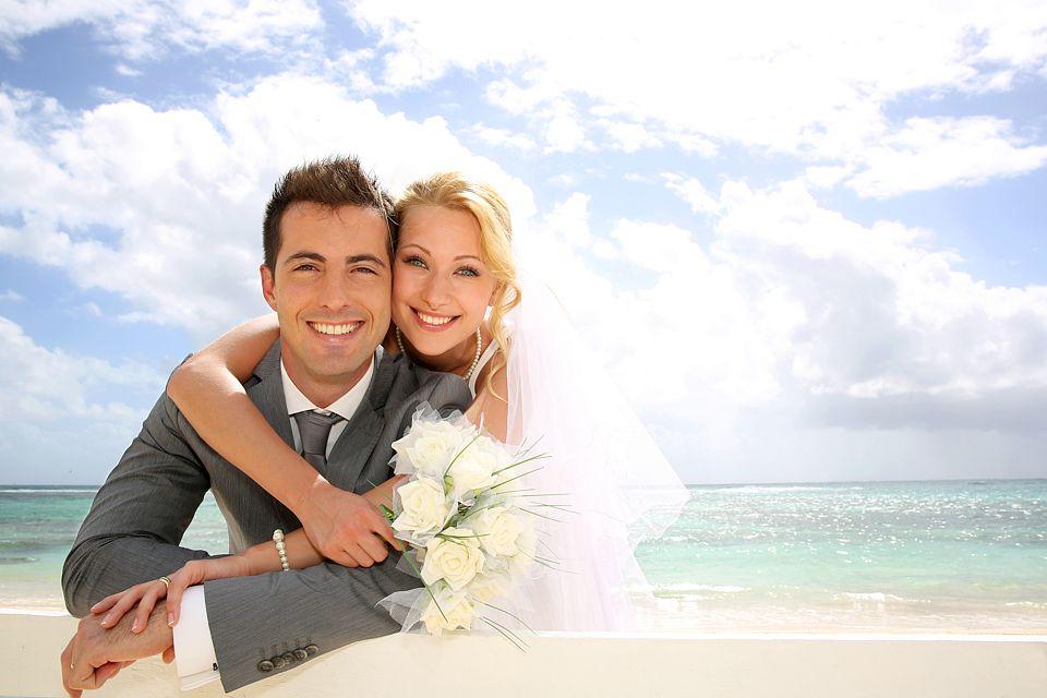 Eine Hochzeit im Freien - warum nicht am Strand heiraten Foto: © goodluz - Fotolia.com